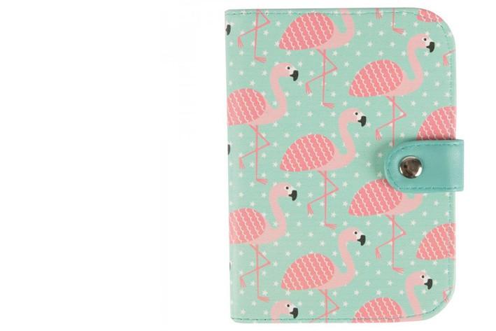 Flamants roses rétro: Avec des motifs de flamants roses sur un fond turquoise, on se sent déjà en vacances avec ce porte-passeport de la marque britannique Sass&Belle. Prix:13,56$  | 15 septembre 2017