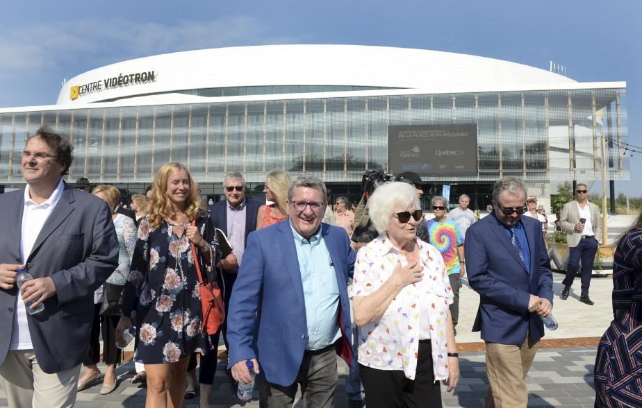 Le maire Régis Labeaume avec la veuve de Jean Béliveau, Élise Couture, ainsi que Julie Lemieux et le ministre François Blais (à gauche). (Le Soleil, Jean-Marie Villeneuve)
