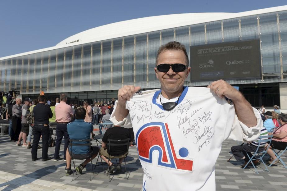 Un fier amateur des Nordiques à l'inauguration. (Le Soleil, Jean-Marie Villeneuve)
