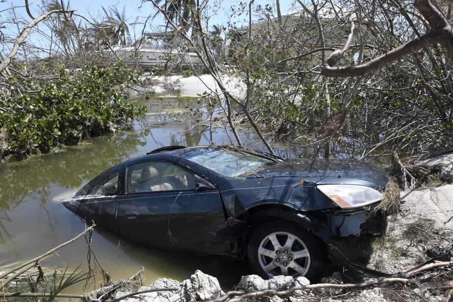 Une voiture inondée gît dans un trou plein d'eau de mer sur l'île de Big Pine Key, en Floride, après le passage d'Irma.<br /><br /> (AP)
