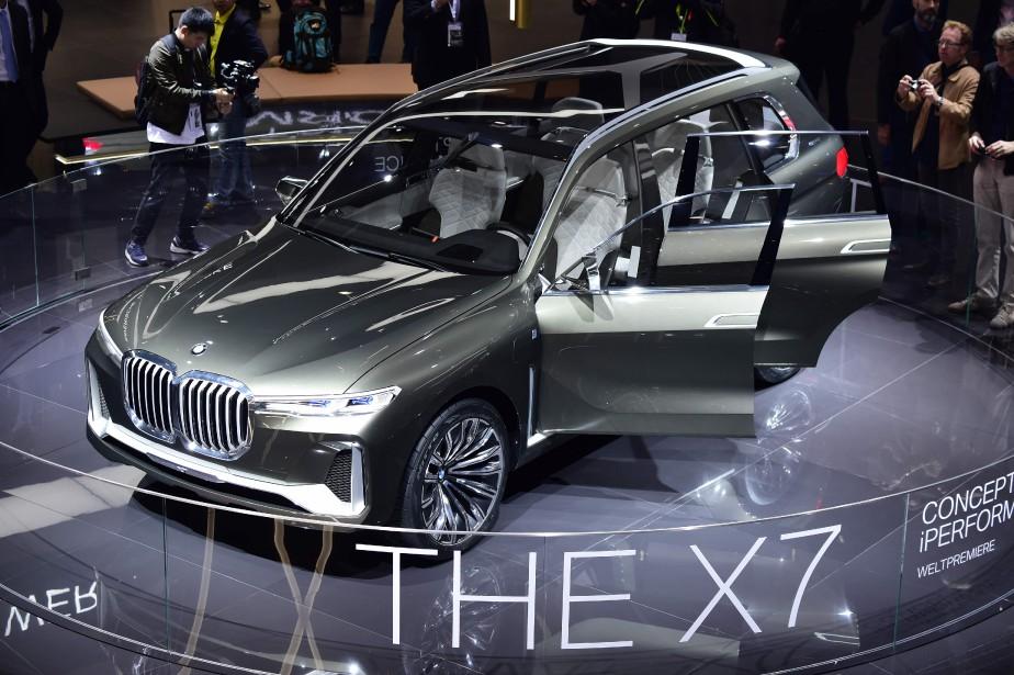 <strong>BMW X7 IPERFORMANCE CONCEPT :</strong> Le X7 Concept permet un premier regard sous forme d'étude de style sur un nouveau multisegment pleine grandeur à trois rangées de sièges qui arrivera en 2018. Sa devanture, qui donne un avant-goût de l'orientation stylistique de BMW, présente de larges épaules et de minces phares au laser qui laissent toute la place à la réinterprétation de la calandre « nasale » de la marque. (AFP)