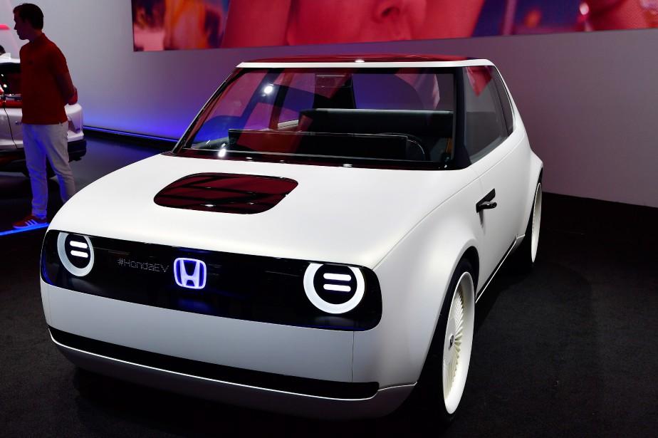 <strong>HONDA URBAN EV CONCEPT:</strong> Avec son joli minois largement inspiré de la première génération de la Civic, l'étude de style Urban EV expose une fois de plus l'intérêt de Honda pour le tout-électrique. Se gardant de présenter l'aspect technique de cette création, le constructeur japonais s'est contenté à Francfort d'affirmer qu'elle verra le jour en 2019. (AFP)