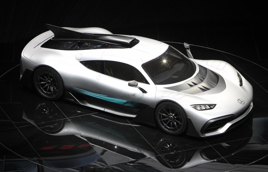 <strong>MERCEDES-AMG PROJECT ONE :</strong> Mercedes a présenté en première mondiale le prototype de sa Project One enfichable, une voiture qui commémore les 50 ans d'AMG. Embarquant un V6 de 1,6 L turbocompressé hybride très semblable aux moteurs de F1 actuels, elle aura au-delà de 1000 ch à sa disposition. Sa vitesse de pointe dépassera les 350 km/h et son 0-200 km/h s'abattra sous les 6 s. Tout ça avec une autonomie électrique de 25 km. (AFP)