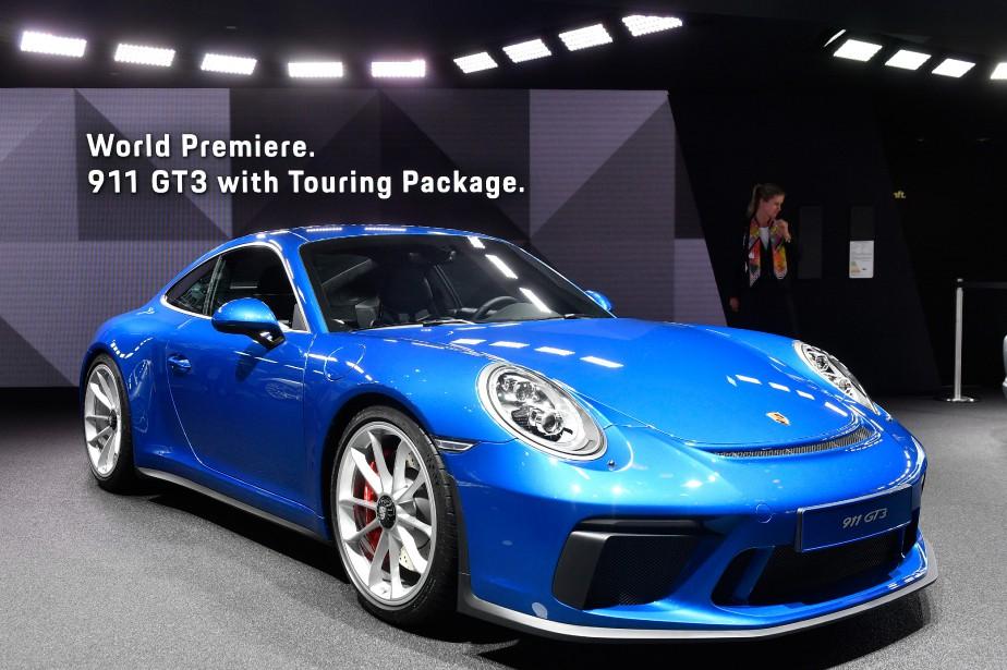 <strong>PORSCHE 911 GT3 TOURING PACKAGE :</strong> Fidèle à la stratégie de l'évolution constante, Porsche a levé le voile sur une énième version de sa 911. Celle-là se démarque cependant par sa recette concoctée pour les puristes. Laissant de côté les appendices aérodynamiques très ostentatoires de la GT3 standard, elle embarque son moteur, un six-cylindres à plat atmosphérique de 4 L (500 ch) proposé uniquement avec une boîte manuelle (6 rapports). (AP)