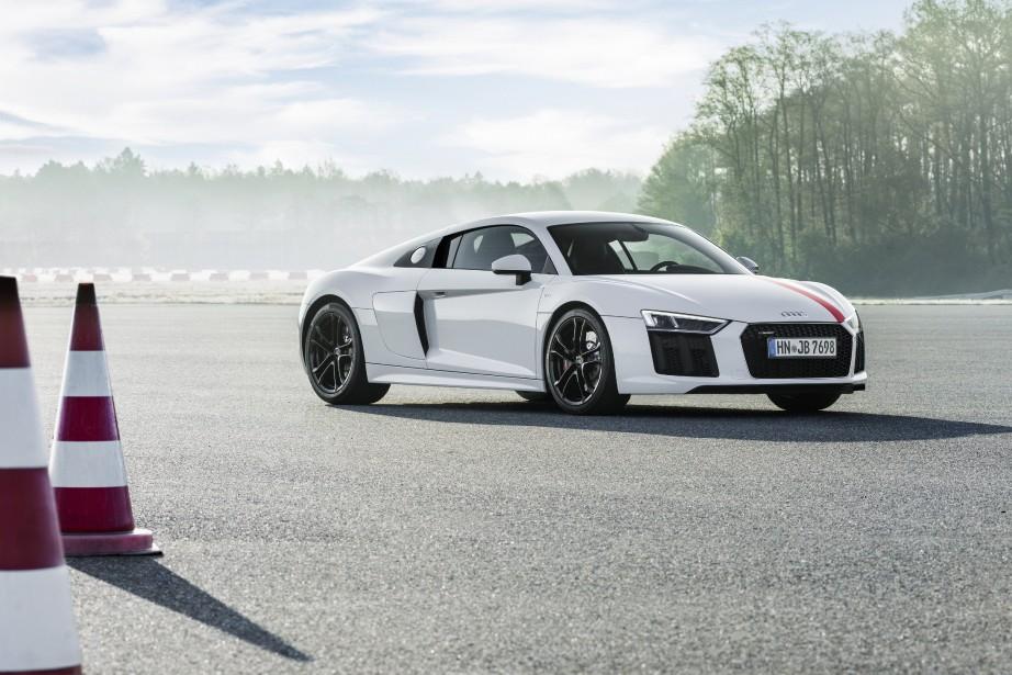 <strong>AUDI R8 V10 RWS :</strong>Elle diffère à peine esthétiquement de la R8, mais marque un changement technique majeur. La R8 RWS, dont le tirage sera limité à 999 exemplaires, est la première version du modèle à propulsion. Destinée aux puristes, elle largue 50 kg. Son V10 de 5,2 L perd aussi quelques chevaux au passage, descendant à 532 ch. (Audi)