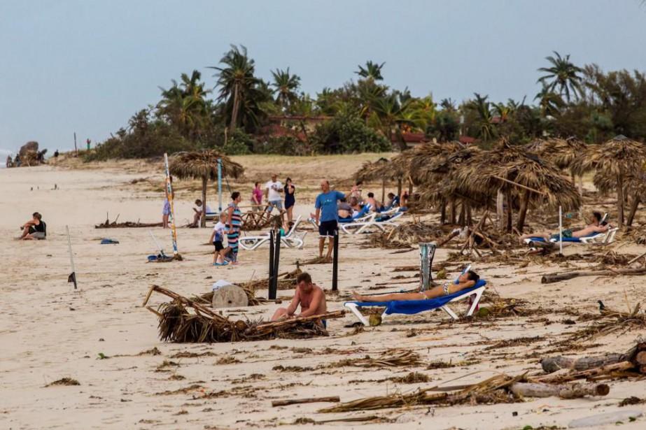 Des touristes prennent un bain de soleil sur... (Photo AP)