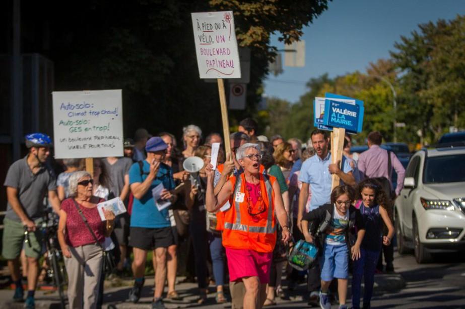 Plusieurs dizaines de citoyens ont défilé hier à... (Photo Olivier Jean, La Presse)