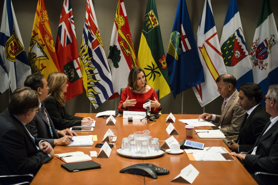 Chrystia Freeland a rencontré à Toronto, vendredi, les... (Photo Christopher Katsarov, La Presse canadienne)