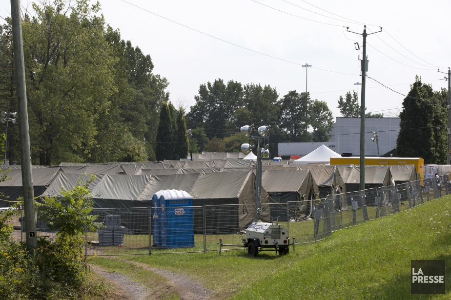 Un campement temporaire avait été aménagéà Saint-Bernard-de-Lacolle au... (Photo Robert Skinner, La Presse)