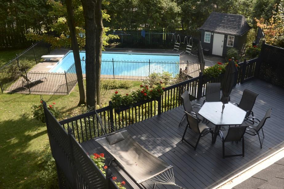 Une terrasse en paliers mène jusqu'à la piscine. | 27 septembre 2017