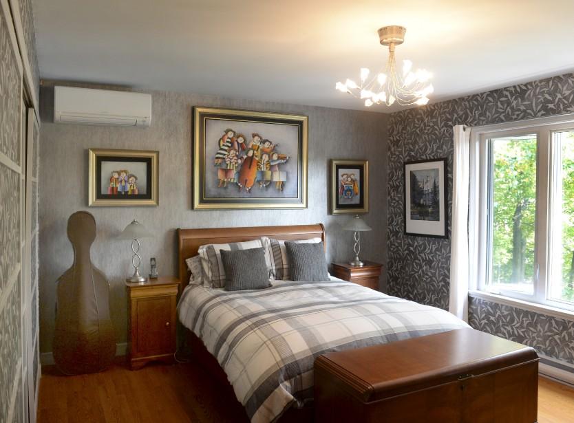 La chambre principale dans les tons de gris. Les textures, les meubles en bois et les toiles colorées réchauffent l'atmosphère. | 27 septembre 2017