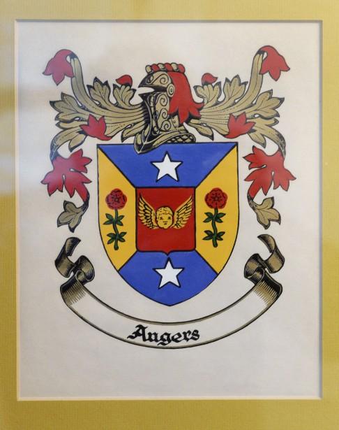 Dans la lignée des Angers, il y a eu un lieutenant-gourverneur du Québec, Sir Auguste-Réal Angers, qui a reçu les armoiries. Guy Angers en a hérité. | 27 septembre 2017