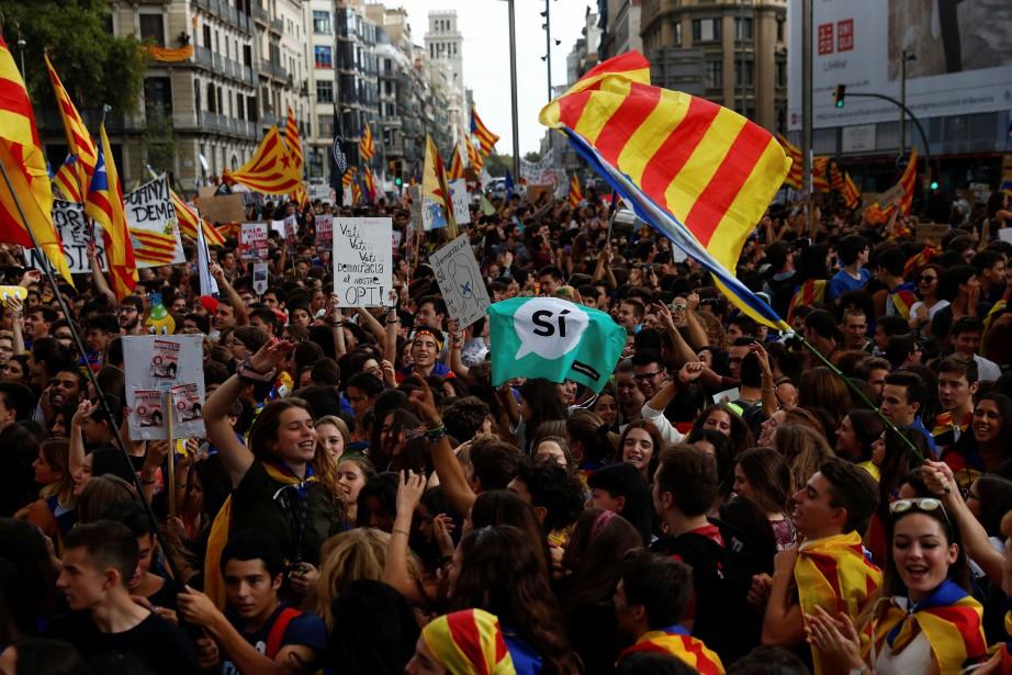 Les jeunes se sont donné rendez-vous devant l'Université... (Photo Juan Medina, REUTERS)