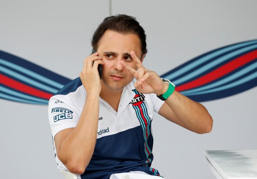 Felipe Massa fait signe à quelqu'un, durant une conversation téléphonique, ce matin dans les paddocks en Malaisie.   | 28 septembre 2017