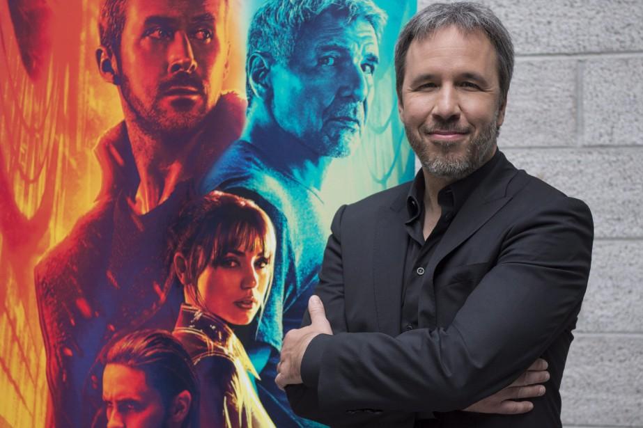 Denis Villeneuve pose devant une affiche de Blade... (PC)