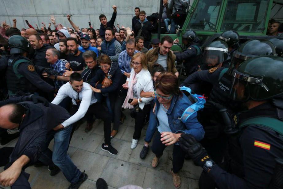 Des agents de la Garde civile espagnole tentent... (PHOTO REUTERS)