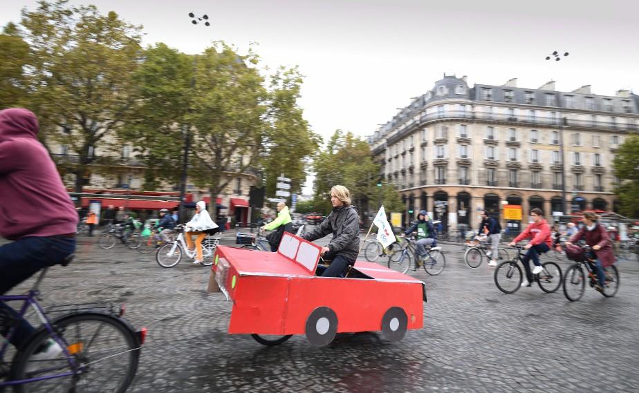 Ce jeune vélotomobiliste était escorté de nombreux cyclistes. (AFP)