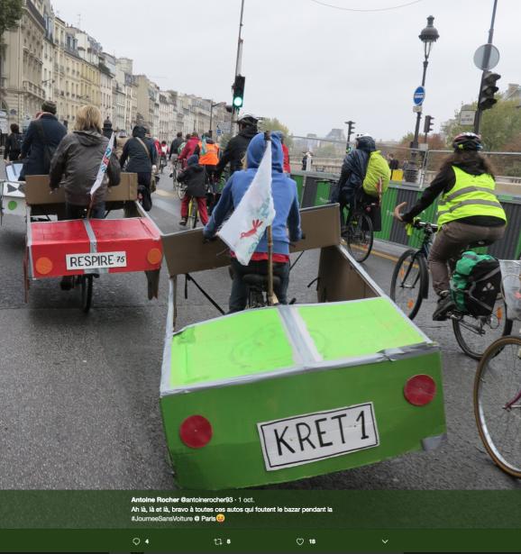 Des milliers de cyclistes et de piétons ont profité de la Journée sans voiture de dimanche, malgré le temps gris.Certains cyclistes roulaient quand même en auto. ()