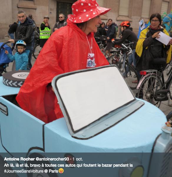 Cette femme avait confectionné cette voiture en carton montée sur un vélo. Plusieurs des Parisiens aperçus dimanche sur de telles montures avaient préparé leur vraie fausse auto lors d'ateliers organisés par le collectif Vélorution. (Photo tirée du compte Twitter d'Antoine Rocher)