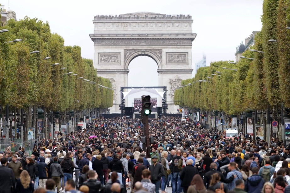 Des milliers de cyclistes et de piétons ont profité de la Journée sans voiture de dimanche, malgré le temps gris. (AFP)