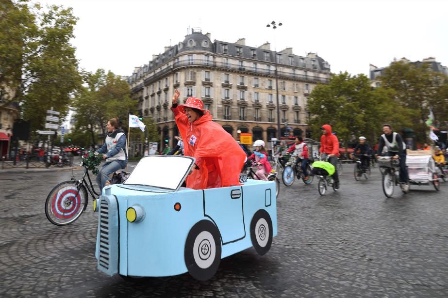 Les vélotomobilistes ont pris la rue à Paris durant la... | 2017-10-03 00:00:00.000
