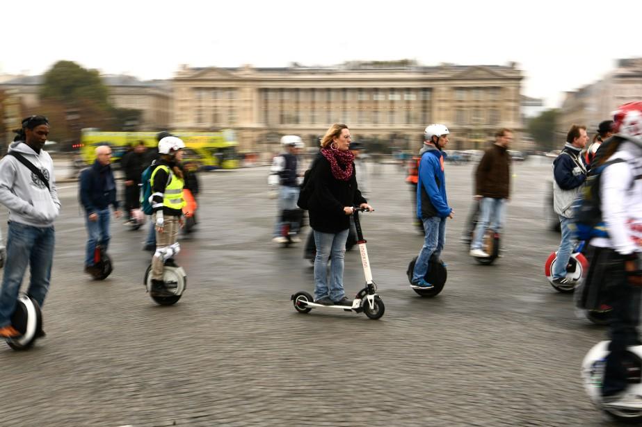 Scooters et unicycles à batteries défilent devant la Place de la Concorde. | 3 octobre 2017