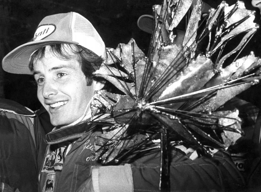 Gilles Villeneuve à son arrivée à la conférence de presse post-course, portant le trophée du vainqueur. | 3 octobre 2017