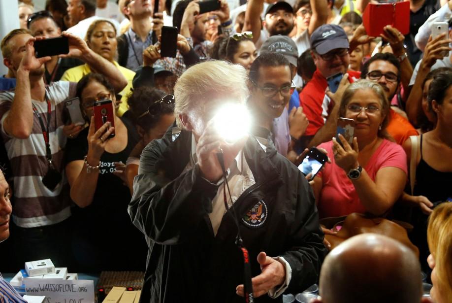 Donald Trump a distribué des lampes de poche... (PHOTO REUTERS)