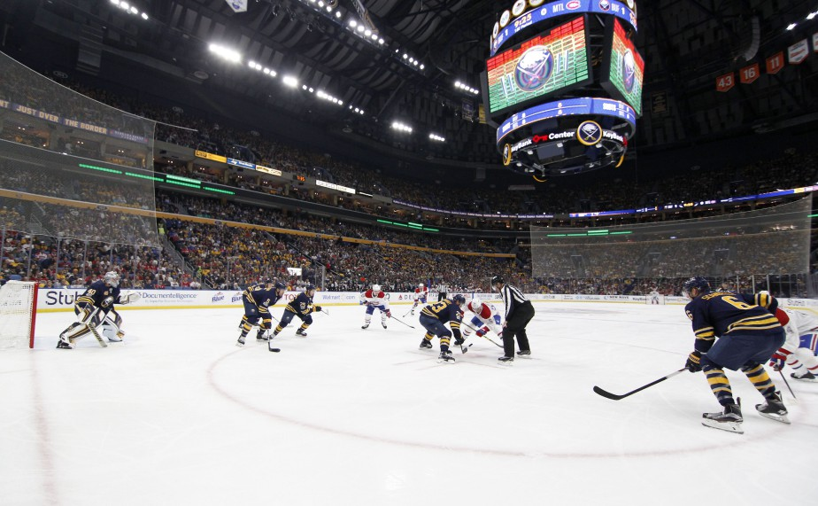 Les joueurs se préparent à la mise au jeu en zone défensive des Sabres en première période. (Photo Timothy T. Ludwig, USA TODAY Sports)