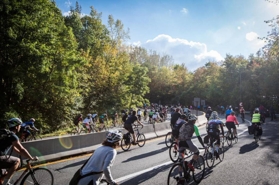 Hier après-midi, des centaines de cyclistes ont roulé... (PHOTO OLIVIER PONTBRIAND LA PRESSE)