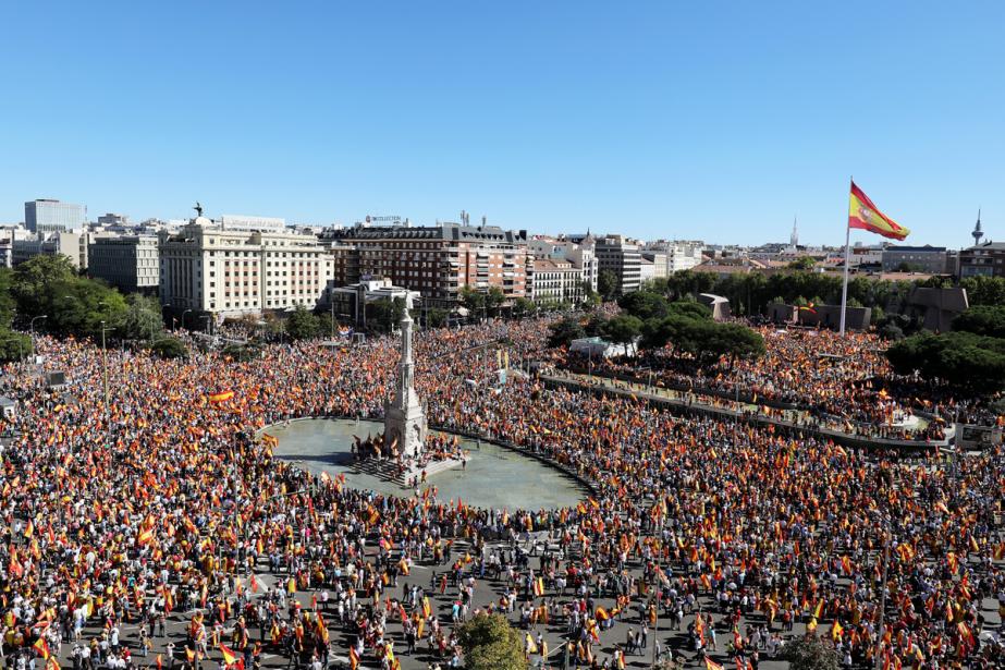 À l'appel de l'initiative citoyenne, «Parlem? Hablemos?», plusieurs... (PHOTO REUTERS)