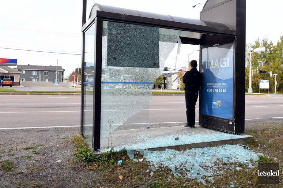 Les dommages sur les abribus sont considérables.... (Photo Rocket Lavoie, Le Soleil)