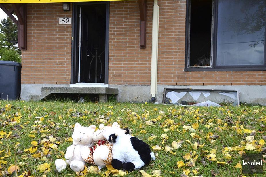 Des peluches ont été déposées devant la résidence... (PHOTO JOHANNE FOURNIER, LE SOLEIL)