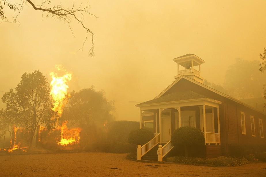 Au moins 1500 habitations et bâtiments commerciaux ont... (PHOTO AP)