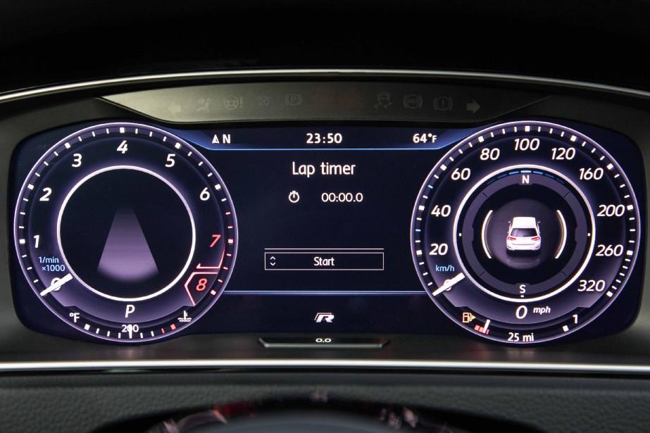 Les cadrans centraux du tableau de bord de la Volkswagen Golf R (Photo fournie par Volkswagen)