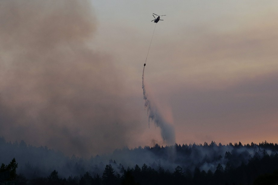 Plus de 8000 pompiers luttaient mercredi contre les... (PHOTO Jeff Chiu, AP)