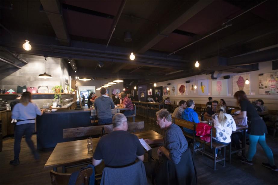 Outre la bière, le Boswell mise sur une offre gourmande plus recherchée: onglet de boeuf mariné, maquereau poêlé avec pommes de terre rattes ou poulet à la fleur d'ail et chorizo figurent à la carte. Boswell participera également à l'événement MTLàTABLE au début novembre. | 13 octobre 2017
