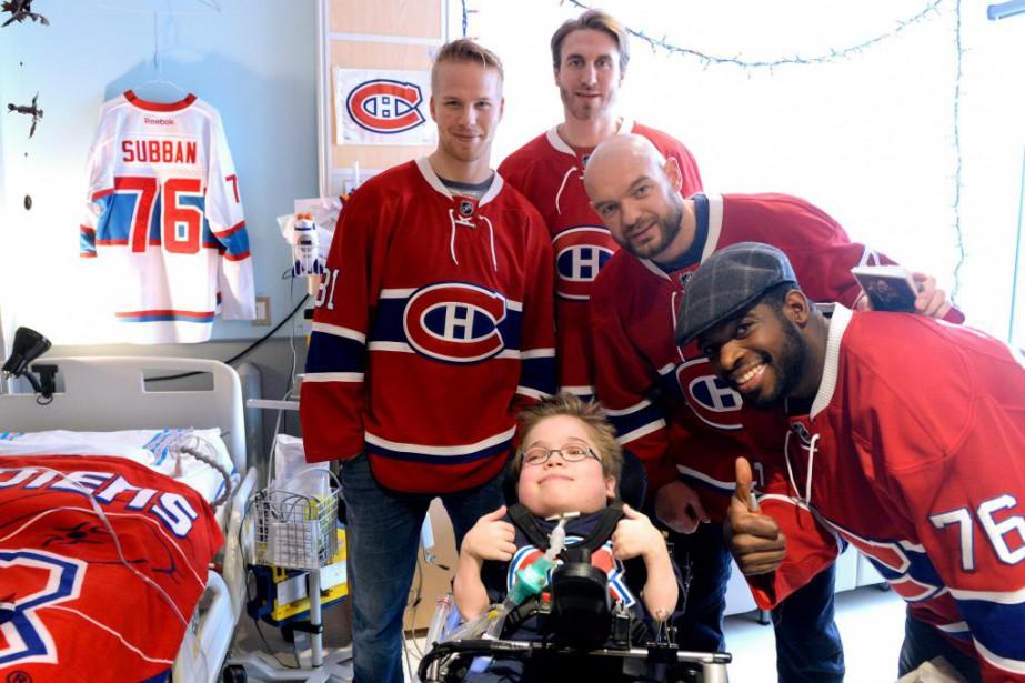 Loïc Bydal en compagnie de joueurs du Canadien,... (Photo Bernard Brault, archives La Presse)