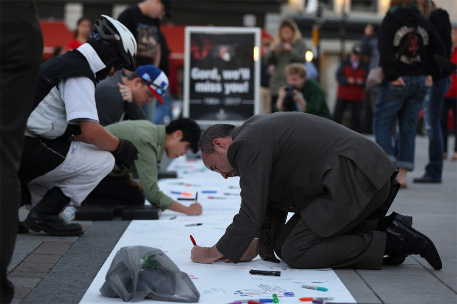 Bryan Paterson, maire de Kingston, inscrit un message... (PHOTO LARS HAGBERG, LA PRESSE CANADIENNE)