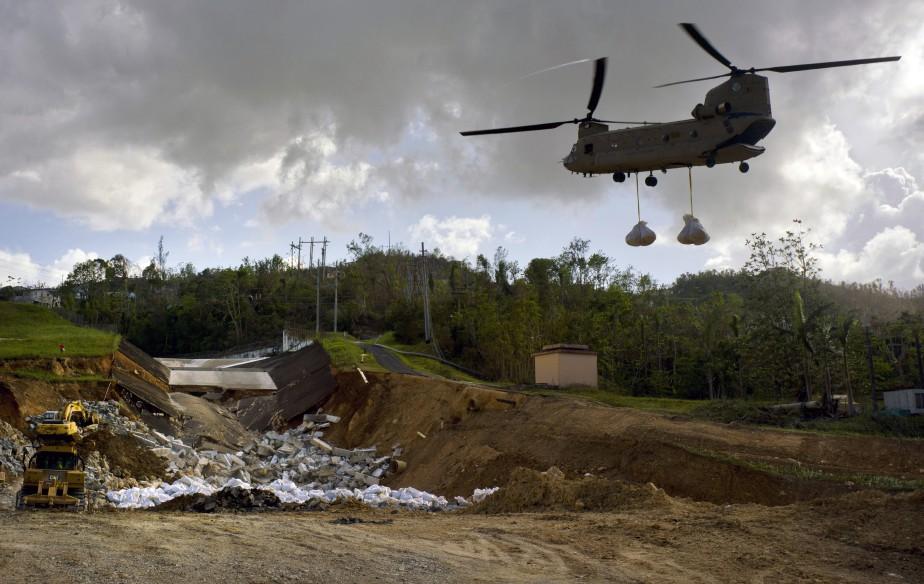 Un hélicoptère de l'armée américain transporte de l'équipement... (PHOTO Ramon Espinosa, AP)
