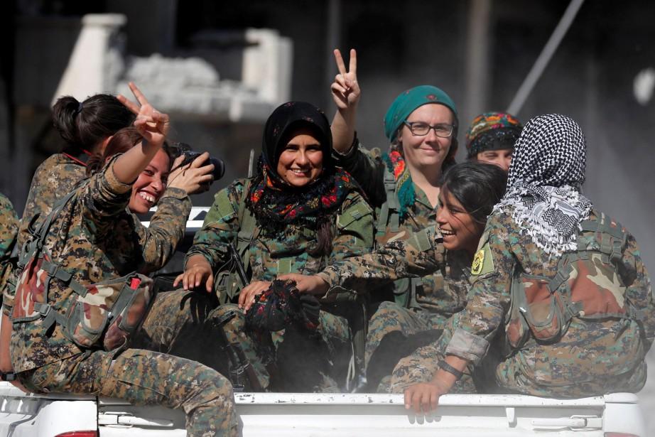 Les femmes militaires membres des Forces démocratiques syriennes... (Photo REUTERS)