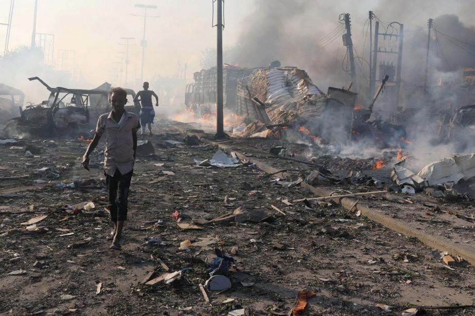 Des bâtiments et véhicules avaient été fortement endommagés... (REUTERS)