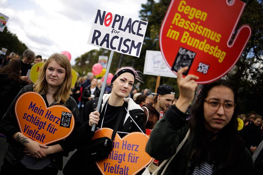 Brandissant des pancartes avec des slogans comme «Stop... (PHOTO MARKUS SCHREIBER, ASSOCIATED PRESS)