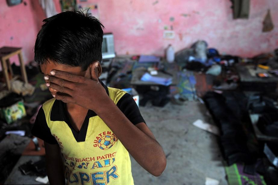Un jeune indien pleure après une opération policière... (PHOTO MANAN VATSYAYANA, ARCHIVES AGENCE FRANCE-PRESSE)