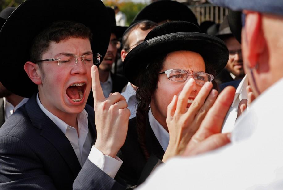 Face à face musclé entre de jeunes manifestants... (Photo Thomas COEX, AFP)