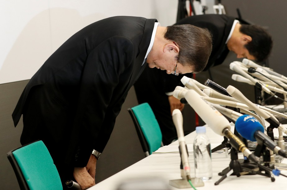 Le PDG de Subaru, Yasuyuki Yoshinaga, et un... (photo : REUTERS)