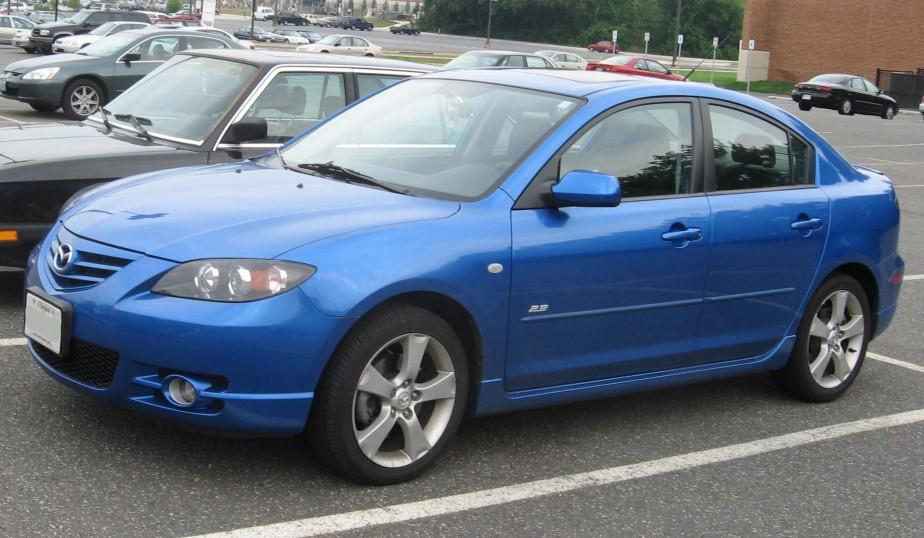 SA PREMIÈRE VOITURE - La Mazda 3 2004 de sa mère. Il faisait déjà des beignes et d'autres manoeuvres dans les stationnements avant qu'il l'acquière de maman. Malgré ces usages à risque, elle a vécu 10 ans et c'est un autre conducteur qui a l'a détruite avec sa voiture en brûlant un feu rouge.   27 octobre 2017