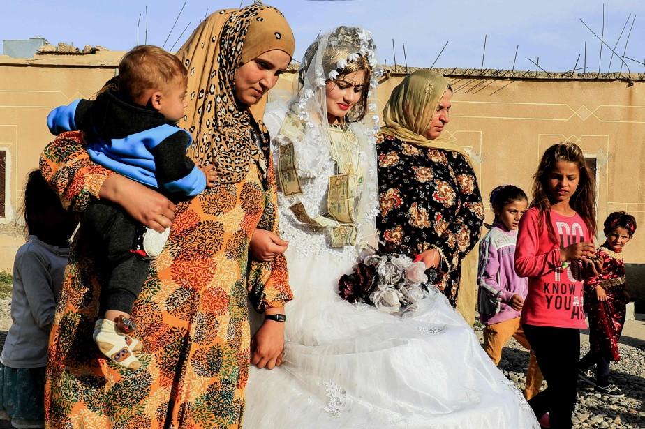 La mariée,Heba, portait une opulente robe blanche et... (PHOTO Delil Souleiman, AFP)