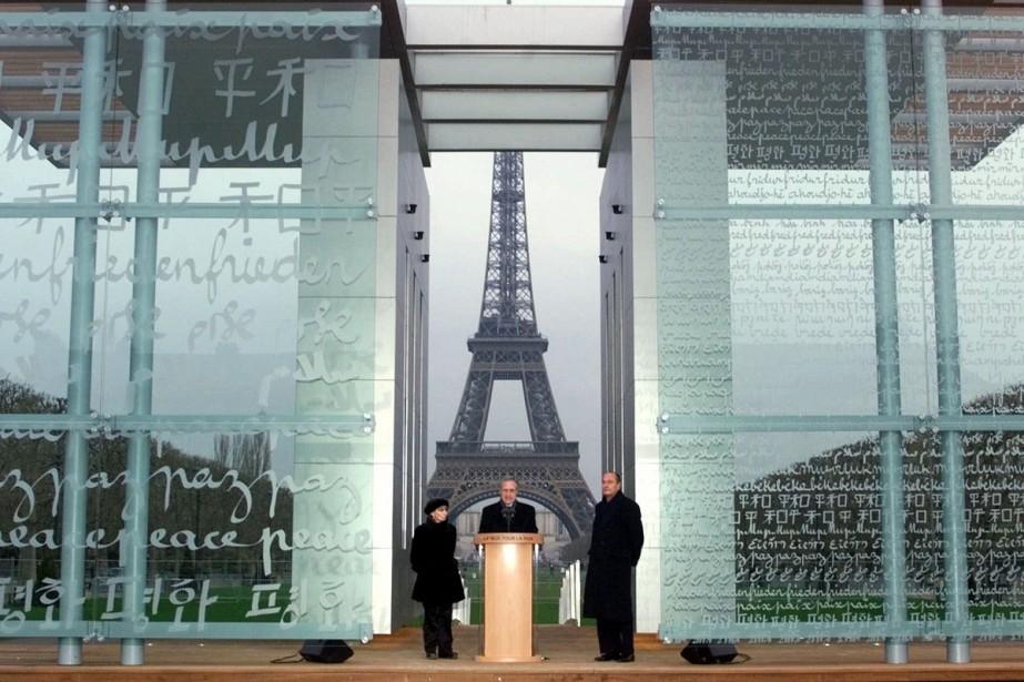 L'artiste Clara Halter, le maire de Paris Jean... (PHOTO ARCHIVES AP)