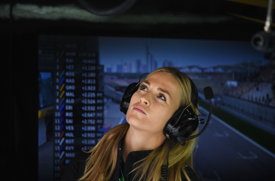 L'Espagnole Carmen Jorda lors des essais libres du GP de Chine en 2015. Durant son emploi comme pilote de développement chez Lotus, puis chez Renault, ses détracteurs n'ont cessé d'affirmer qu'elle avait été recrutée plus pour sa beauté que ses qualités au volant. | 31 octobre 2017